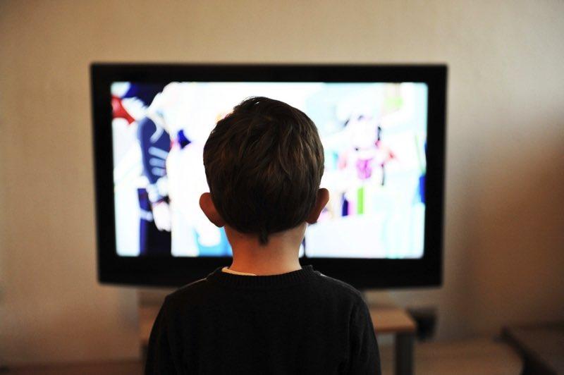 テレビと男の子